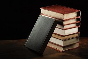 livros pilha mesa de madeira. resolução e bela foto de alta qualidade