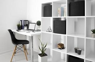 mesa de escritório com prateleira para cadeira de dispositivo portátil. resolução e bela foto de alta qualidade