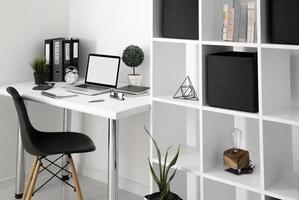 mesa de escritório com prateleira para cadeira de laptop. resolução e bela foto de alta qualidade