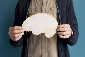 fechar o homem segurando o cérebro de papel. resolução e bela foto de alta qualidade