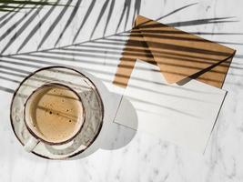 xícara de café envelope vista superior. resolução e bela foto de alta qualidade