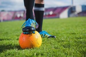 jogador de futebol com bola de pé. resolução e bela foto de alta qualidade