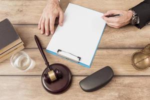 advogado preenchendo documento. resolução e bela foto de alta qualidade