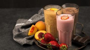 óculos de milk-shake sortido com chocolate de frutas. resolução e bela foto de alta qualidade