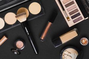 belo conjunto de maquiagem profissional cosméticos mesa escura. resolução e bela foto de alta qualidade