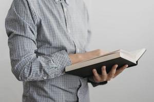 menino lendo livro sagrado. resolução e bela foto de alta qualidade