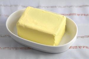manteiga em uma xícara sob luz natural foto