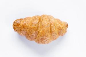 vista de cima croissant fresco em fundo branco foto