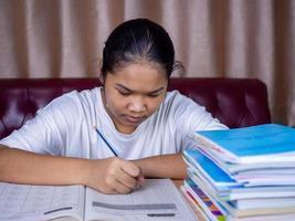 garota fazendo lição de casa foto