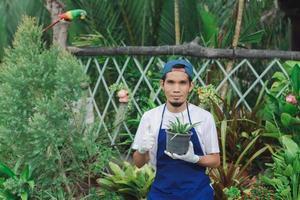 homem asiático trabalhando em loja de jardinagem foto