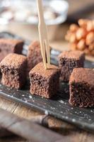 close-up bolo de brownie de chocolate, sobremesa com leite foto