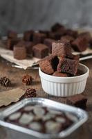Bolo de brownie de chocolate, sobremesa com leite foto