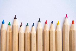 lápis de cor sobre fundo de papel branco. copie o espaço. foto