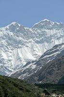 picos nevados do Himalaia foto