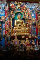 estátua em templo budista foto