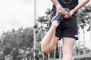 corredor alongamento aquecimento antes do conceito de exercício, esporte e atividade foto