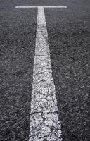 linhas brancas em um estacionamento foto