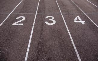números em uma pista de corrida foto