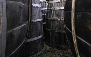 velhos barris de madeira enferrujados foto