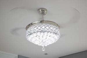 a luz do lustre pendurada no teto. foto