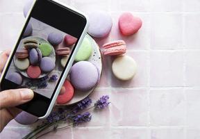 foto de macaroon de sobremesas francesas com lavanda tirada em um smartphone