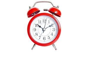 despertador analógico redondo vermelho isolado no fundo branco. tempo 10 10 foto