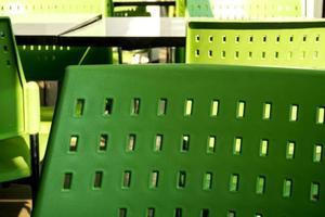 mesas e cadeiras vazias que ninguém senta no refeitório foto