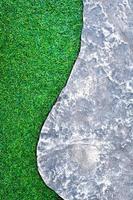 a passarela de concreto ao lado da grama artificial de plástico do gramado foto