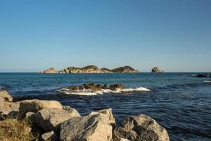 vista do mar com belas pedras no mar. foto