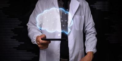 médico mostrando o símbolo do cérebro foto