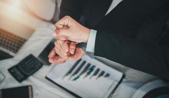 empresários, trabalho em equipe, juntando as mãos para a união foto