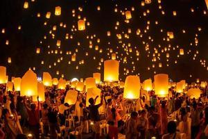 lanternas flutuantes no céu no festival loy krathong foto