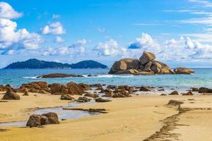 formações rochosas pedregulhos ilha grande santo antonio beach brazil. foto
