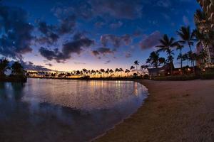 pôr do sol na praia de waikiki, havaí foto