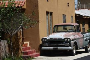 um carro velho estacionado em frente a uma casa americana foto