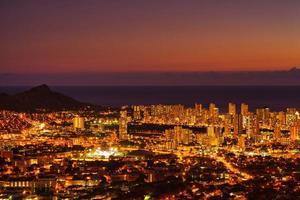 vista noturna de waikiki em honolulu, havaí foto