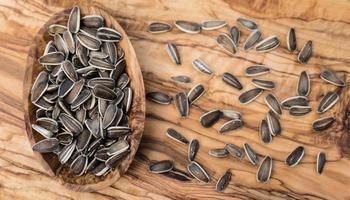 sementes de girassol em madeira de oliveira foto