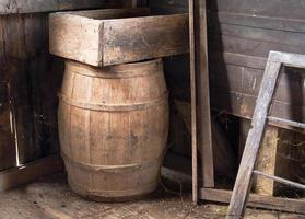 velha caixa e barril em um velho moinho de grãos foto