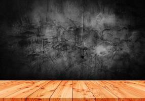 piso de madeira e fundos de parede de cimento escuro foto