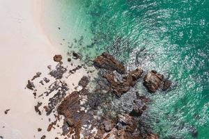 vista da praia com a rocha na ilha foto