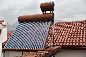 coletor de energia solar de tubo de calor no telhado foto