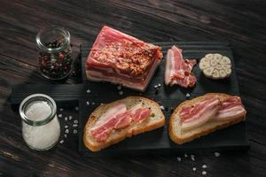 sanduíches com alho, pimenta e outros temperos foto
