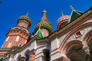 st. catedral do manjericão na famosa praça vermelha de Moscou foto