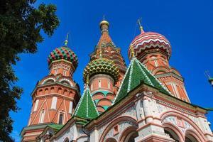 st. catedral do manjericão na famosa praça vermelha no coração de Moscou foto