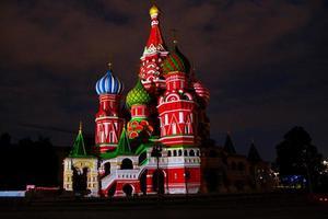 Catedral de São Basílio em Moscou durante a noite foto