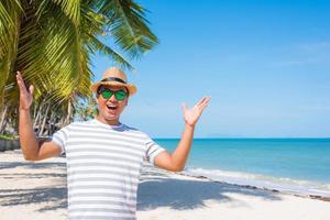 jovem feliz na praia tropical foto