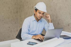 engenheiro civil asiático trabalhando projeto de planejamento com o laptop. foto
