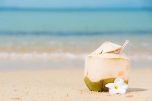 cocos com canudo na praia tropical. foto