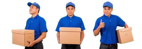 entregador de uniforme azul com caixa de papelão pacote isolado foto