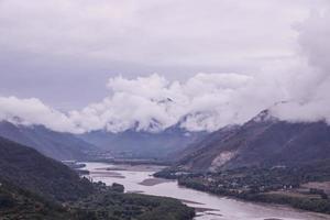 dia nublado montanha rio yangtze na província de yunnan, china foto